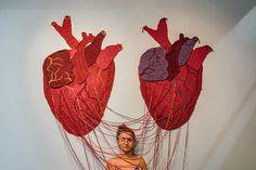 Karen Dolorez transforma crochê em arte urbana e espalha mensagens inspiradoras sobre o universo feminino