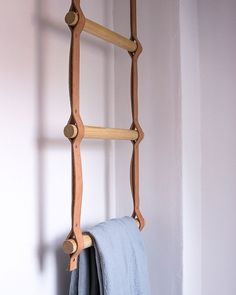 "@designdunker shared a photo on Instagram: ""DIY Towel Rack by @heimatbaum #towels #towelrack #design #designbunker #bathroom #bath #bathtime #interiors #interiordesign #interior123…"" • Aug 16, 2019 at 10:21pm UTC Cheap Home Decor, Diy Home Decor, Room Decor, Diy Leather Projects, Leather Craft, Diy Projects, Washroom Design, Gold Diy, Bathroom Towels"