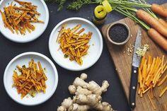 Die Karottenstifte dürfen etwas gröber und unregelmäßiger aussehen. In einer Pfanne wird Olivenöl erhitzt. Ingwer darin unter Rühren einen Augenblick andünsten. Die Karottenstifte kommen dazu, ebenso 60 ml Wasser und eine Prise Salz. Die Temperatur herunterschalten und das Ganze kochen lassen, bis die Karotten weich sind, aber noch Biss haben. Das Wasser sollte dann verdampft sein. Zum Schluss Sesamöl, Sojasauce und Sesamsamen unterrühren.