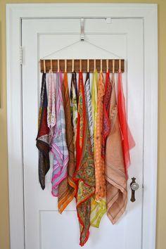 Como fazer um organizador de lenços com um pedaço de madeira e pregadores de roupa. Ideia muito bacana de decoração e organização Sally Ann: Vestuário DIY Pin Scarf Detentor