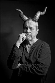 Con la noticia reciente del retorno de los Monty Python, el director de cine Terry Gilliam cumple 73 años: «Hace poco, he empezado a pensar que quizá sí que existe Dios, después de todo; o que es uno diferente, que al viejo lo despidieron». http://www.veniracuento.com/