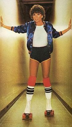 Linda Ronstadt in Roller Skates, Striped Tube Socks and Jogging Shorts. loved the satin jackets, mine was red. Roller Disco, Roller Derby, Roller Skating Party, Skate Party, Soccer Party, Linda Ronstadt, 80s Party Outfits, Eighties Outfits, Amy