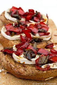 Tosta de queso de cabra y pimientos caramelizados | http://www.danzadefogones.com/tosta-de-queso-y-pimientos-caramelizados/
