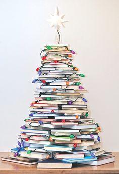 Originales árboles de navidad hechos con libros http://www.icono-interiorismo.blogspot.com.es/2015/12/originales-arboles-de-navidad-hechos.html