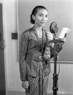 Moeke Mashoed membawakan acara Perempuan di radio BBC Siaran Indonesia, pada…