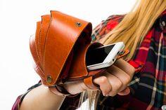 кошелёк - клатч панцирь «ARMOR» рассчитан на небольшие, необходимые для Вас вещи - смартфон, денежные купюры, визитки и т.д. Изделие отлично подходит для тех кто любит активный образ жизни. Рыжий Клатч – кошелек «ARMOR» позволяет надежно крепиться на тыльной стороне руки, между ладонью и запястьем, что приводит не только к комфортной переноске необходимых для Вас предметов, нои защищаетих от воздействия внешней среды - удары, падения и т.д.
