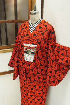 オレンジと黒で織り出されたモダンパターンがスタイリッシュなウールのアンサンブル(羽織と着物のセット)です。