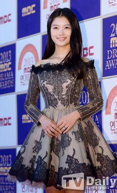 Kim Yoo-jung...I love this dress.