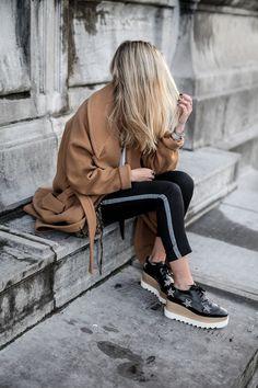 10 formas de usar tus pantalones con franja lateral en la oficina ca71c10582a7