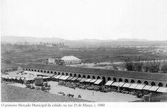 1880 - O primeiro Mercado Municipal da cidade de São Paulo, na rua 25 de Março. Foto de Marc Ferrez. Acervo do Instituto Moreira Salles.