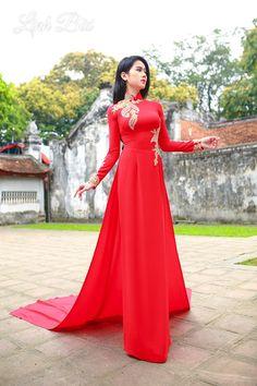 Vietnamese Wedding Dress, Vietnamese Dress, Traditional Vietnamese Wedding, Ao Dai Wedding, Vietnamese Clothing, Red Wedding Dresses, Indian Designer Outfits, Traditional Dresses, Fashion Dresses