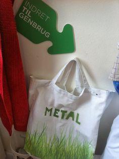 Mulepose til sortering af metal - fra udstillingen På sporet af genbrug i Den Gule Villa 2013.