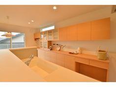 Onocom Design Center キッチンの背面収納は北欧風のデザインを意識したナチュラル仕上げ。