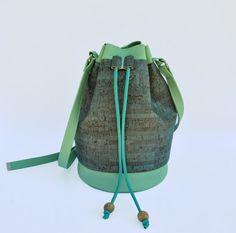 Borsa a secchiello in sughero azzurro teal ed ecopelle verde menta. Borsa a…