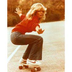 À la Farrah Fawcett: tema é 70's Sport Chic. Na passarela, moletom e neoprene ganham acabamentos nobres com bordados e jacquard, em uma cartela de cores que passeia pelo branco, off white, preto, cinza, vermelho e pink. #voguenospfw #Padgram
