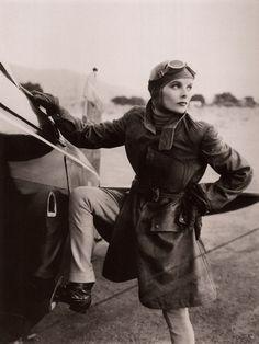 Katherine Hepburn, 1933. Miniature de l'image pour Miniature de l'image pour katharine-hepburn-aviatrice.jpg