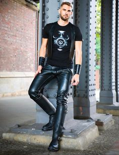 Mens High Boots, Men Wearing Dresses, Mens Leather Pants, Lycra Men, Engineer Boots, Leather Fashion, Black Leather, Menswear, How To Wear