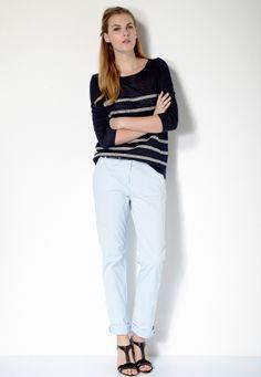 On aime la douceur de ce look! La marinière est de nouveau à l'honneur cette saison. Ici on l'associe avec un pantalon bleu ciel et des sandales compensées pour un look chic et casual.