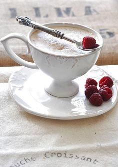 Cafe au lait with raspberries I Love Coffee, Coffee Break, Morning Coffee, French Coffee, Hot Coffee, Coffee Scrub, Turkish Coffee, Black Coffee, Cappuccino Tassen