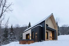 This perfectly minimalist Canadian retreat is available for rent! Located in Charlevoix, Canada, the charming snowy villa is only 10 minutes away from Le Massif de Charlevoix ski resort. Developed by Cargo Architecture, the contemporary cottage is in Scandinavian Architecture, Scandinavian Modern, Architecture Design, Architecture Journal, Sustainable Architecture, Residential Architecture, Contemporary Architecture, Skandinavisch Modern, Alpine Modern