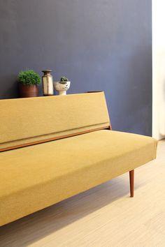 Vintage okergele bank / slaapbank / daybed met bijbehorende kast uit de jaren 60. In Deens / Scandinavisch design van onbekende fabrikant / ontwerper. Met..