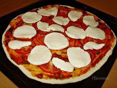 Zo všetkych receptov na pizzu snáď najväčšia klasika je pizza Margherita. Zdanlivo jednoduchá kombinácia surovín, ale chutí božsky :)