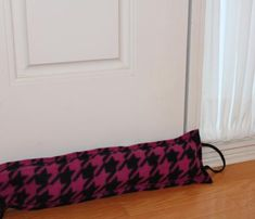 Snuggle this sew-easy draft stopper close to the threshold to stop the winter chill from entering your house. When not in use, hang it from a doorknob with the added loop! I would use a plastic bag to hold rice, etc. before inserting into material. Sewing Hacks, Sewing Tutorials, Sewing Patterns, Sewing Ideas, Sewing Tips, Fabric Crafts, Sewing Crafts, Sewing Projects, Door Draught Stopper