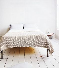 Southern Living - Living Rooms Love the wallpaper books, books, books, books moss stitched blanket Cute Blankets, Knitted Blankets, Knitted Afghans, Interior Minimalista, Decoration Bedroom, Diy Decoration, Home Bedroom, Light Bedroom, Bedroom Ideas