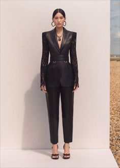 Runway pictures from Alexander McQueen Resort 2020 Fashion Collection. Designer ready-to-Wear collections, runway looks, models, beauty Suit Fashion, Fashion 2020, Look Fashion, Runway Fashion, High Fashion, Fashion Outfits, Fashion Design, Alexander Mcqueen, Mode Costume