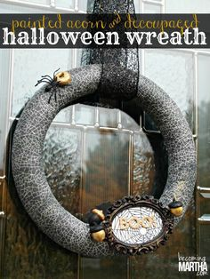 DIY Halloween : DIY Decoupaged and Painted Acorn Halloween Wreath DIY Halloween Decor
