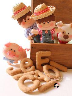 Erica Catarina: Oia the chosen ones! Felt Animal Patterns, Stuffed Animal Patterns, Erica Catarina, Little Pigs, Felt Fabric, Felt Toys, Felt Art, Felt Ornaments, Felt Animals