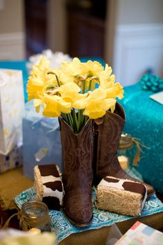 Beautiful centerpiece for a Western Sweet 16 party! Rodeo Party, Cowboy Birthday Party, Horse Party, Cowgirl Party, Birthday Ideas, Birthday Cake, Cowboy Theme, Western Theme, Cowboy Baby Shower