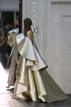 What is haute couture and who wears it? Christian Dior Haute Couture Spring 2009 Haute Couture refers to the best of the best in fashion. The term haute couture Lakme Fashion Week, Fashion 2017, Runway Fashion, High Fashion, Fashion Show, Fashion Dresses, Womens Fashion, Fashion Design, Fashion Tips