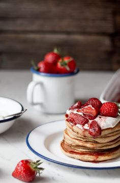 Mandel Pancakes mit Holunderblüten-Ricotta & gerösteten Erdbeeren {flowers on my plate} #projektwasserwoche #Gerolsteiner
