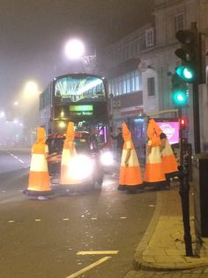 Pin for Later: Halloween Costumes That Totally Nailed 2015 Traffic Cones A group of six people dressed as human traffic cones actually ended up blocking cars in London, a story that quickly went viral. Costume Halloween, Funny Group Halloween Costumes, Halloween Party Kostüm, Halloween Pranks, Halloween 2017, Halloween College, Kid Costumes, Children Costumes, Halloween Halloween