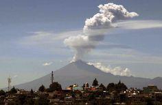 #Vulcão Popocatépetl solta cinzas no Estado de Tlaxcala, #México. Foto: J Guadalupe Perez/AFP.