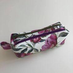 Trousse Zip-Zip en simili fleuri cousue par Stéphanie - Patron Sacôtin