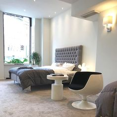 이미지: 사람들이 앉아 있는 중, 거실, 테이블, 실내 Conference Room, Table, Furniture, Home Decor, Decoration Home, Room Decor, Tables, Home Furnishings, Home Interior Design