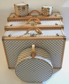 Made from the finest materials that you would expect from the Louis Vuitton House. From the purest tradition of travel, the famous Alzer suitcase is one of the Louis Vuitton emblems. Louis Vuitton Luggage Set, Louis Vuitton Handbags, Lv Handbags, Fashion Handbags, Handbags Online, Fashion Bags, Runway Fashion, Leather Handbags, Lv Bags