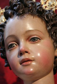 IMÁGEN DEL NIÑO JESÚS. JESUSITO DE MARÍA QUE NACISTE EN BELÉN , BENDICE NUESTRA MESA, Y A TODOS LOS NIÑOS DEL MUNDO TAMBIÉN. Holy Mary, Religious Images, Religious Art, Sto Nino Image, Jesus Christ Images, Statues, Religious Paintings, Jesus Pictures, Baby Jesus