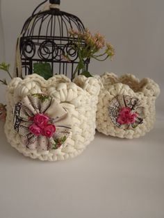 mini crochet baskets - no pattern Crochet Home Decor, Crochet Crafts, Crochet Yarn, Crochet Flowers, Crochet Projects, Crochet Basket Pattern, Crochet Patterns, Crochet Baskets, Cotton Cord