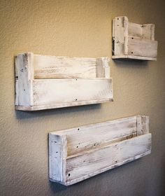 Look at this Whitewash Reclaimed Wood Staggered Bookshelf - Set of Three on today! Look at this Whitewash Reclaimed Wood Staggered Bookshelf - Set of Three on today! Wooden Pallet Projects, Pallet Crafts, Diy Pallet Furniture, Woodworking Projects Diy, Wood Crafts, Palette Deco, Wood Bookshelves, Diy Holz, Wooden Diy