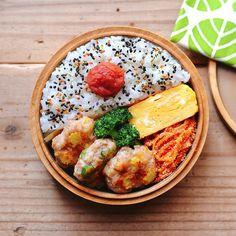 まるさんはInstagramを利用しています:「今日のお弁当。 ・塩麹の鶏つくね オクラとヤングコーン入り。 ・ブロッコリーのナムル ・たらこ人参 ・だし巻き卵 ・今日のふりかけ 味ごまひじき(@futaba_tomo ) * な〜んも作ってなかったから大変だったよ٩( ᐛ )و ギリギリ間に合ったよ〜✨ 常備菜作らねば😆…」 Bento Recipes, Cooking Recipes, Healthy Recipes, Cafe Food, Aesthetic Food, Snack, Food Photo, Asian Recipes, Food And Drink