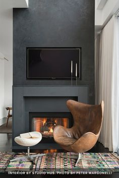 Black wall w/ fireplace in relaxation room. Interior Design Living Room, Living Room Decor, Living Spaces, Interior Livingroom, Fireplace Surrounds, Fireplace Design, Fireplace Wall, Inspiration Room, Brown Leather Chairs