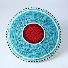 Crocheted pillow in red and teal. Virkad kudde i rött och turkos som jag gillar som färgkombination. #crochetpillows #crochet #vikning #virkat  #red #teal #turkos  #veronicafransson  #studiomagenta Magenta, Teal, Household Items, Veronica, Pillows, Studio, Crafts, Cushions, Manualidades