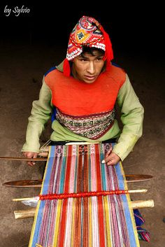 Intricate weaving in Peru. Inkle Weaving, Inkle Loom, Card Weaving, Types Of Weaving, Weaving Tools, Weaving Projects, Textiles Techniques, Weaving Techniques, High Fashion