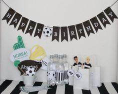 Fußballparty Dekoration ist nicht nur für den Fußball Kindergeburtstag praktisch, sondern könnt ihr auch für die anstehende Europameisterschaft nutzen. Ein Fußballgeburtstag ist für keine Kickerfans ein echtes Highlight. Den Download findest du im Shop www.limmaland.com // soccer party Wimpelkette // Photo Booth // Gastgeschenk // Flaschenetiketten