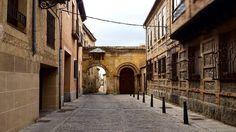 Puertas enigmáticas que te encuentras buscando el camino al Alcázar de #Segovia. .  Enigmatic portals you find looking for the way to Segovia's Alcázar. by suddenlyonboard
