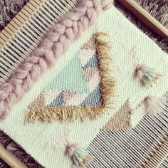 Le refaire encore et encore 💕 Un de vos préférés 💕 Weaving Textiles, Weaving Art, Loom Weaving, Tapestry Weaving, Hand Weaving, Cool Tapestries, Extreme Knitting, Make Do And Mend, Weaving Projects