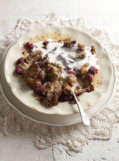 RESEP: Hot cross bun-framboos-en-witsjokolade-broodpoeding   via Sarie #AllesOpEenPlek